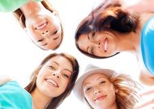 Fronti delle ragazze che guardano giù e che sorridono Fotografia Stock