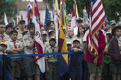 Fronti di boy-scout e bandiere all'evento solenne 2014 di Memorial Day, cimitero nazionale di Los Angeles, California, U.S.A. deg Immagini Stock Libere da Diritti