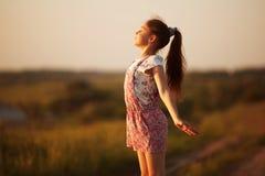 Fronti felici della bambina al sole Fotografia Stock