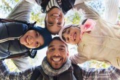 Fronti felici della famiglia all'aperto al campo in legno Immagini Stock Libere da Diritti