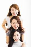 fronti felici delle giovani donne che esaminano macchina fotografica Fotografia Stock Libera da Diritti