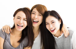 fronti felici delle giovani donne che esaminano macchina fotografica Immagine Stock Libera da Diritti