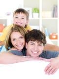 Fronti sorridenti felici di giovane famiglia Fotografia Stock Libera da Diritti