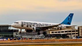 Frontier Airlines Airbus A319 entrant pour un atterrissage image stock