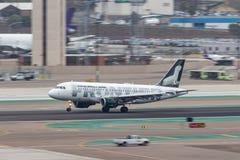 Frontier Airlines flygbuss A319-111 N949FR som ankommer på San Diego International Airport Royaltyfria Bilder