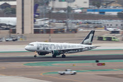 Frontier Airlines-Luchtbus A319-111 die N949FR bij San Diego International Airport aankomen Royalty-vrije Stock Afbeeldingen
