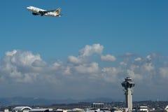 Frontier Airlines voyagent en jet décolle chez LAX Image stock