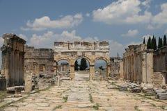 Frontinus门和街道在希拉波利斯古城,土耳其 库存图片