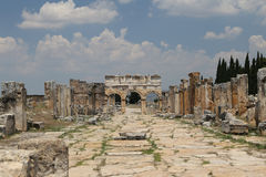 Frontinus port och gata i Hierapolis den forntida staden, Turkiet fotografering för bildbyråer