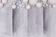 Frontière de dessus d'ornement de Noël blanc avec la neige sur le bois blanc Photographie stock