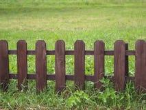 Frontière de sécurité en bois sur l'herbe verte Photographie stock libre de droits