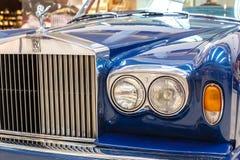 Frontlights och element av blåa gamla exklusiva lyxiga Rolls Royce arkivbilder