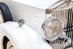 Frontlights och element av gammal exklusiv lyxig Rolls Royce vin royaltyfria bilder