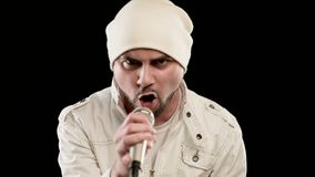 Frontman βράχος αοιδών κινηματογραφήσεων σε πρώτο πλάνο λαϊκός με μια μοντέρνη γενειάδα στα άσπρα ενδύματα και ένα καπέλο με ένα  απόθεμα βίντεο