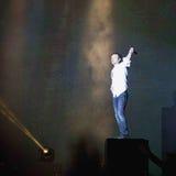 Frontmanen Svyatoslav Vakarchuk klättrar traditionellt den höga speaen Fotografering för Bildbyråer