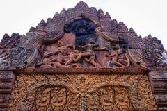 Fronton av kriget i den Banteay Srey templet Arkivfoton
