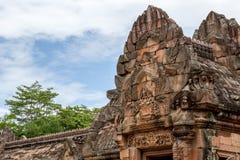 Fronton de ruine de Khmer sous le ciel bleu Photographie stock libre de droits