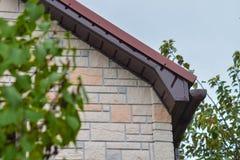 Fronton del tetto di Brown di nuova casa fatto del raccordo Immagini Stock Libere da Diritti