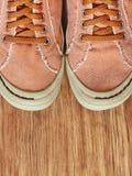 Frontowa część Gym buty na drewnianym tle Zdjęcia Royalty Free