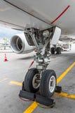 Frontowa desantowa przekładnia duża pasażerskiego samolotu zbliżenia wysokość wyszczególniał widok Obrazy Stock
