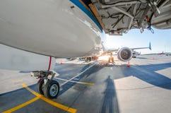Frontowa desantowa przekładnia pasażerskiego samolotu zbliżenia wysokość wyszczególniał widok Obraz Stock