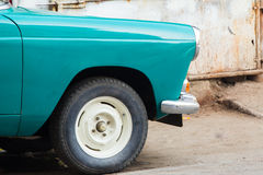 Frontowa połówka rocznika samochód parkował outside remontowy warsztat lub Fotografia Royalty Free