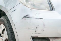 Frontowa strona blisko reflektoru łamany i uszkadzający srebny samochodowy wrak w trzaska wypadku z porysowaną farbą up w karambo zdjęcia royalty free