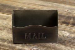 Frontowa strona pusta metal skrzynka pocztowa na pogodowym drewnie fotografia royalty free