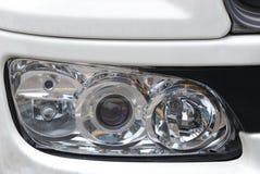Frontowa szerokość reflektoru zgromadzenie jednostka na bielu malował luksusowego samochód zdjęcie royalty free