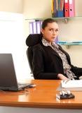 frontowego laptopu biurowa siedząca kobieta Zdjęcia Royalty Free