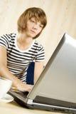 frontowego laptopu siedzący kobiety potomstwa Fotografia Stock