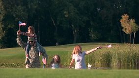 Frontowego widoku żołnierza szczęśliwy militarny przybycie z jego rodziną zdjęcie wideo