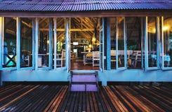 Frontowego widoku drewniany bar & restauracja przy tropikalną plażą Zdjęcie Stock