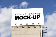 Frontowego widoku egzamin próbny up wielki billboard na górze budynku fotografia royalty free