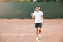 Frontowego widoku portret mężczyzna bawić się w tenisie outdoors obraz stock