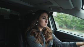 Frontowego widoku zakończenia brunetki młoda kobieta eleganckich kędziory Piękny makijaż jedzie twój samochód spojrzenia przy, os zbiory