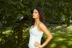 frontowej dziewczyny wspaniały trwanie drzewo zdjęcie royalty free