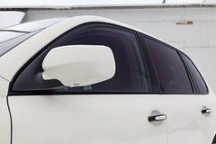 Frontowej strony lustrzany, nadokienny widok Porsche Cayenne 957 2007 w białym kolorze po czyścić przed sprzedażą w i zdjęcie royalty free