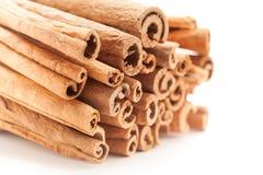 Frontowy boczny widok Surowi Organicznie Cynamonowi kije (Cinnamomum verum) obraz stock