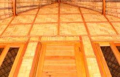Frontowy przegląd drewniany dom i bambus zdjęcie stock