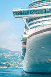 Frontowy szczegół wielki luksusowy statek wycieczkowy. Zdjęcie Stock
