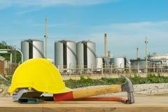 Frontowy widok Żółty Zbawczy hełm, młot, Tnący narzędzia na oleju Obrazy Stock