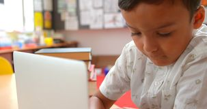 Frontowy widok baczny Azjatycki uczniowski studiowanie z laptopem w sali lekcyjnej przy szko?? 4k zdjęcie wideo