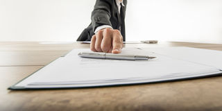 Frontowy widok biznesmen oferuje ciebie podpisywać c lub dokument Zdjęcie Royalty Free