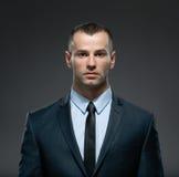 Frontowy widok biznesowy mężczyzna w kostiumu z czarnym krawatem Obrazy Royalty Free