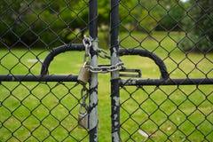 Frontowy widok brama blokował z kłódką i łańcuchem fotografia royalty free