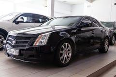 Frontowy widok Cadillac CTS w czarnym kolorze po czyścić przed sprzedażą w słonecznym dniu na parking w przedstawicielstwie handl fotografia stock
