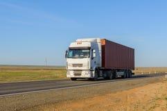 Frontowy widok ciężarówka z ładunek przyczepy jeżdżeniem na autostradzie obraz stock