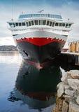 Frontowy widok cumujący duży nowożytny statek wycieczkowy Obrazy Stock