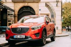 Frontowy widok Czerwony liftingu twarzy Mazda Cx-5 samochód Parkujący W ulicie Obrazy Royalty Free